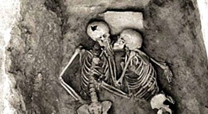 L'aspect romantique de l'archéologie : voici le baiser qui dure depuis plus 2 800 ans