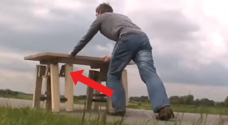 Para entender a genialidade desta mesa você deve empurrá-la: veja as suas pernas!