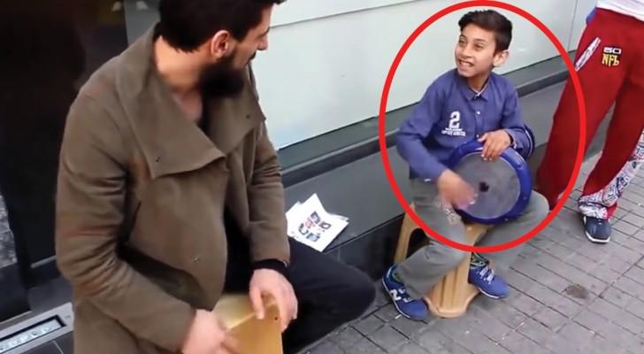 Deux artistes de rue se produisent avec des percussions: le plus petit est un vrai phénomène!