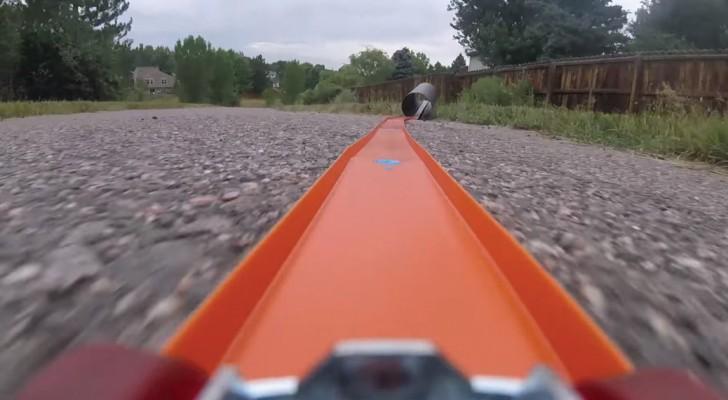 Un homme place une GoPro sur un modèle de voiture: la piste est impressionnante!