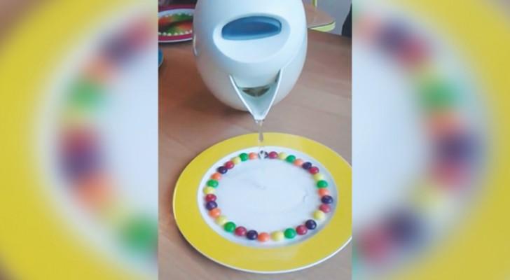 Ze hebben een aantal snoepjes in een cirkel geordend op een bord en gieten er vervolgens warm water bij: wat er dan gebeurt is verrassend voor groot en klein!