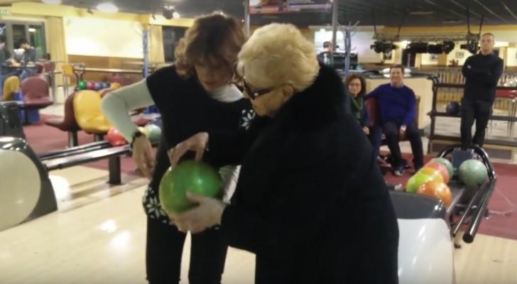 Elle n'avait jamais mis les pieds dans un bowling, mais quand elle lance la boule... WOW!