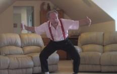 Mette una telecamera nascosta in salotto, quello che scopre su suo nonno è fantastico!
