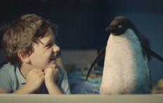 Un bambino e un pinguino raccontano lo spirito del Natale in un video commovente