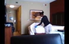 Un uomo mette una telecamera nella sua stanza d'albergo: la sua scoperta è inquietante