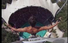 Un nadador y su gran tarea increible: la toma desde lo alto los hara sentir escalofrios