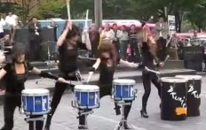 Estas jovenes encantan a los transeuntes: el talento a la percusion es SORPRENDENTE