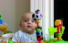 Esilarante reazione del bambino quando la mamma si soffia il naso