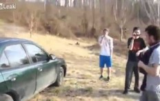 Cerca di rompere il vetro della macchina con la testa