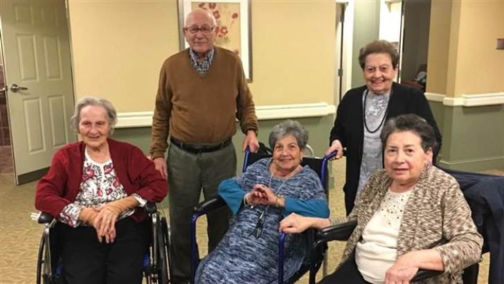 Glücklich im gleichen Altenheim: Das Versprechen dieser Familie ist ein Liebesbeweis