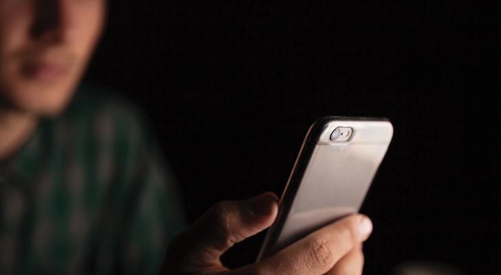 Cellulare sul comodino o sempre in tasca. È davvero pericoloso per la nostra salute?