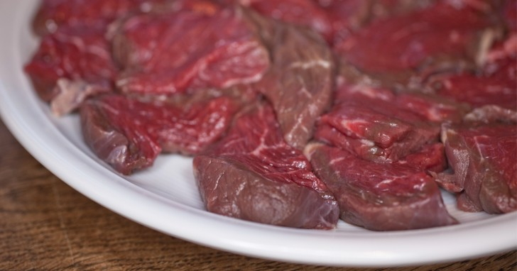 Non solo tumori: mangiare carne rossa aumenta il rischio di morte per ben 9 malattie