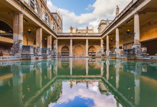 L'un des plus beaux sites archéologiques romains n'est pas situé à Rome: découvrez l'histoire fascinante des Thermes de Bath