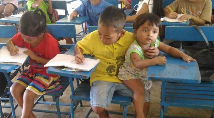 Porta con sé la sorellina pur di non assentarsi da scuola: la loro foto sta commuovendo tutti