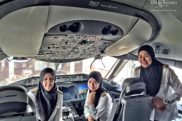 Een team van uitsluitend vrouwelijke piloten in het land waar vrouwen niet mogen rijden