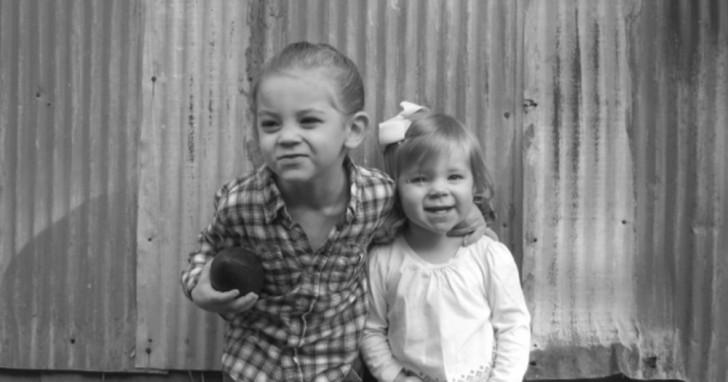 La scienza spiega perché crescere con una sorella è la cosa migliore che ti possa capitare
