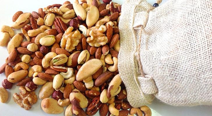 Mangiare frutta secca contro l'obesità: pistacchi, noci e mandorle sono capaci di stabilizzare il peso