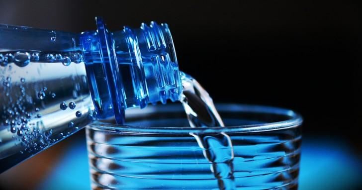 Micro-plastiques dans 93 % de l'eau en bouteille: une étude alerte le monde entier