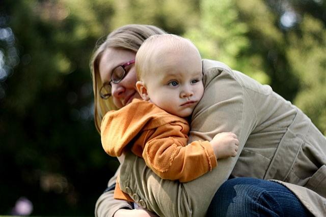 Die Holding-Methode: So beruhigt man Kinder durch eine Umarmung