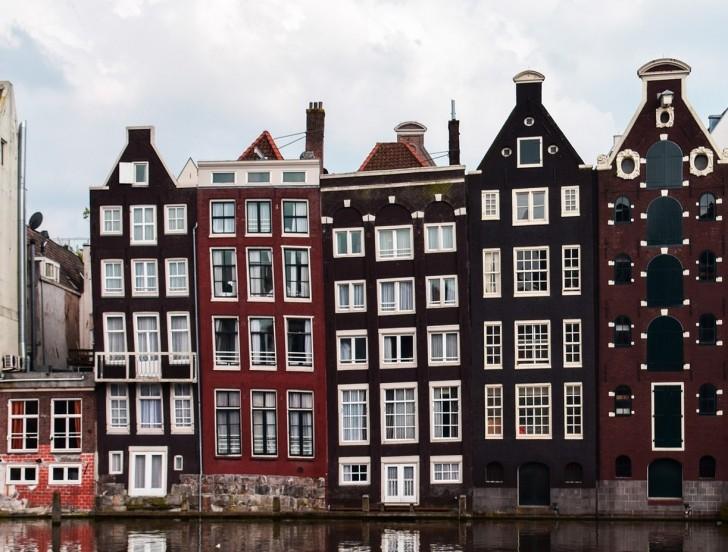 Wisst ihr warum die Häuser von Amsterdam eng, lang und...schief sind?