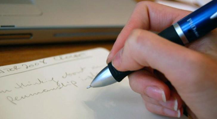 Il modo in cui scrivi rivela molto sulla tua personalità: ecco 5 indizi per analizzare la calligrafia