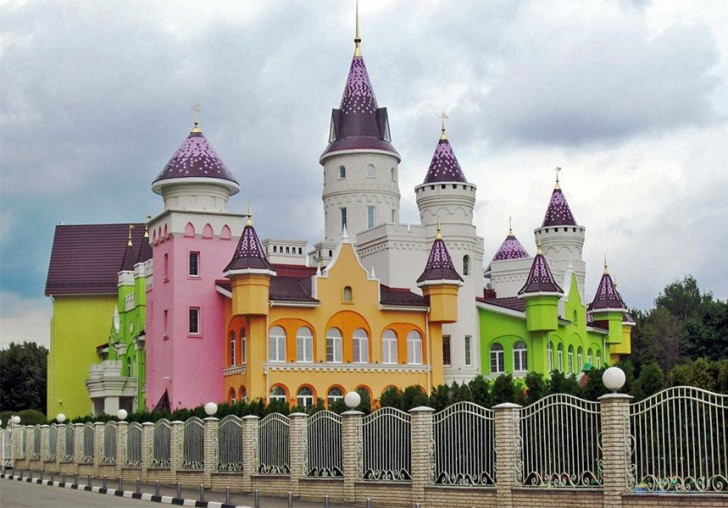 È uno degli asili  più belli del mondo: si trova in Russia e si ispira al castello della Disney