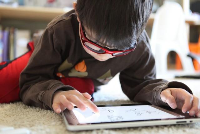 Mehr als zwei Stunden am Tag mit dem Tablet zu spielen, schadet der kognitiven Entwicklung von Kindern.