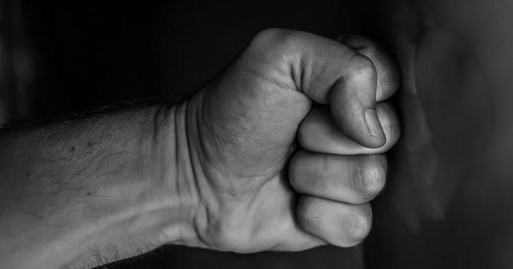 Männer, die sich weniger männlich fühlen, neigen dazu, aggressiver und gewalttätiger zu sein.