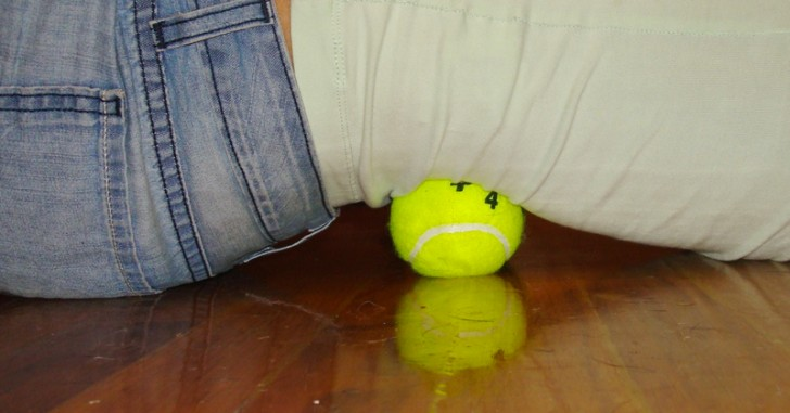 Come utilizzare una palla da tennis per alleviare il mal di schiena e rilassare i muscoli