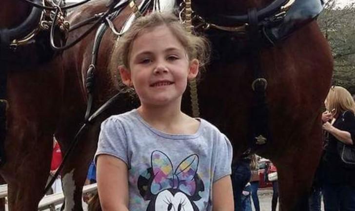 Wenn ihr dieses Foto eines kleinen Mädchens mit einem Pferd in voller Größe seht, werdet ihr es nicht fassen können!