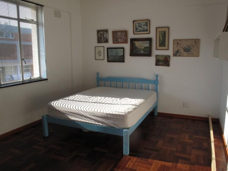 Dans la pièce il n'y avait pas de place pour le lit et le bureau: voici comment il résout le problème