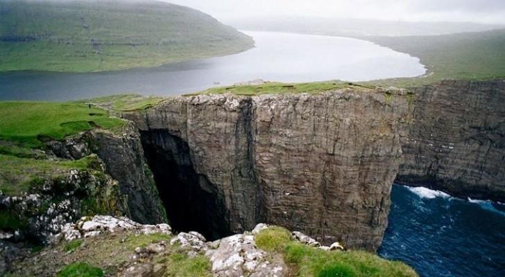 Ce lac qui surplombe l'océan crée une illusion optique spectaculaire